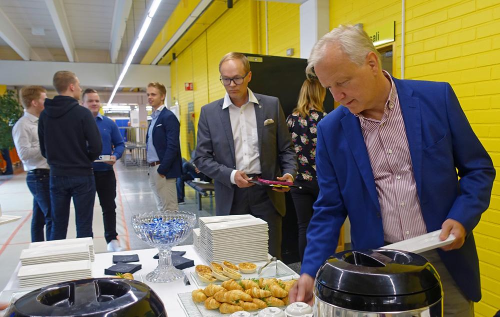Lämpimät elokuiset talousaamukahvit Olli Rehnin kanssa