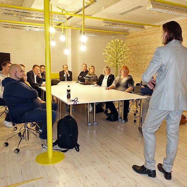 @embaoulu: #luovuus saa siivet alleen... taiteellinen johtaja #karipekkatoivonen emba-stagella