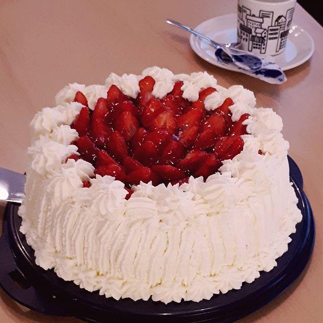 @embaoulu: Viime kesän #embaoulu valmistujaisia kelpaa juhlia myöhemminkin! Repost @qsamonjuki Kakkukahviteltiin töissä #eMBA ja #LVV valmistujaiskaffeni. Pistouvasin työkavereille hieman terveellisiä kaloreita. #jooenleiponutitse #hyvä #kakku